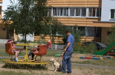 Я вместе со своим хозяином Валерой выгуливаю младшеньких Богдану и Данилу