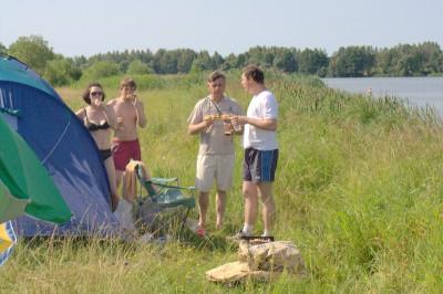 Пока собаки резвились в воде, хозяева расставили палатку и готовили угощение для своих любимых питомцев.