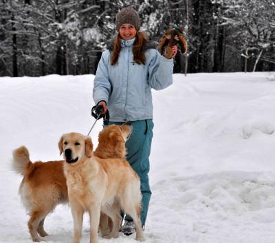 В снежную зиму игрушку можно прикопать в снегу или спрятать под корягу.