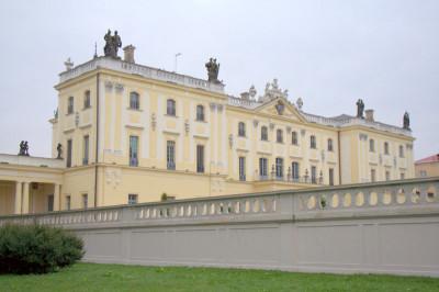 В то время, как мы с Татьяной восхищались архитектурой красивого дворца, наших рабочих ретриверов очень заинтересовал пруд..