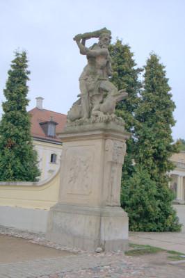 А грозные статуи во внутреннем дворике делают композицию завершенной.