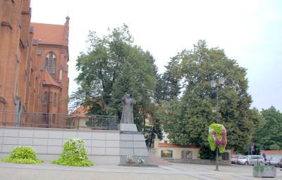 На помостах костела стоит памятник Папе Иоанну Павлу II