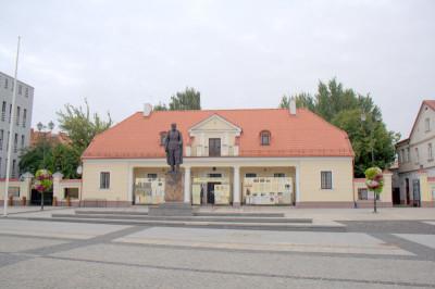 здание бывшего арсенала (цехгауза), построенное в 1795-1807гг. В нем сейчас находится государственный архив.