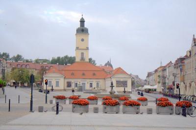 В центре площади стоит одноэтажная барочная ратуша, возведенная в середине XVIII в. Музей Подляского воеводства