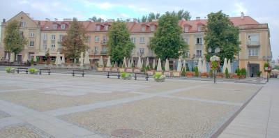 Домики за музеем. На площади Костюшко много открытых кафешек, вся площадь - пешеходная.