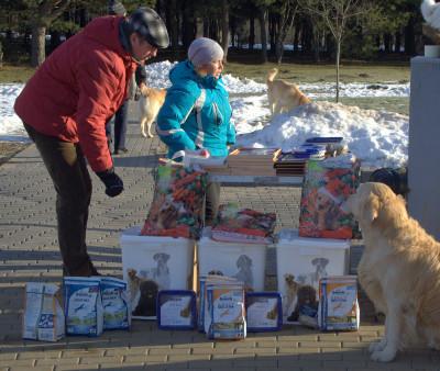 """Благодаря менеджеру компании Бош-кэтидог (официальному представителю компании """"Bosch Tiernahrung"""" в Беларуси), Галине все получили замечательные  вкусные и полезные подарки."""